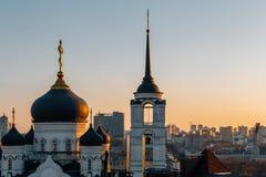 Ο Annunciation καθεδρικός ναός στο κέντρο της πόλης Voronezh, Ρωσία στο θερμό ηλιοβασίλεμα Στοκ Εικόνες