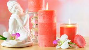 Ο aromatherapy πίνακας SPA ύφους της Zen που θέτει με το Βούδα και τα κεριά, κλείνει επάνω Στοκ Εικόνα