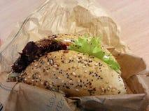 Ο bagels σολομός με τη μικτή σαλάτα, γαλλικά τρόφιμα, Γαλλία Στοκ Φωτογραφίες