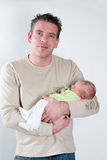 ο beeing πατέρας μωρών κράτησε λί&gam Στοκ Εικόνα
