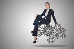 Ο busineswoman με cogwheels συνδέει στην έννοια ομαδικής εργασίας Στοκ εικόνες με δικαίωμα ελεύθερης χρήσης