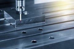 Ο CMM έλεγχος λέιζερ συνδέει στη CNC μηχανή στοκ φωτογραφία με δικαίωμα ελεύθερης χρήσης