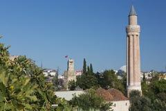Ο Fluted μιναρές που αυξάνεται ψηλά πέρα από την παλαιά πόλη Antalya Στοκ εικόνα με δικαίωμα ελεύθερης χρήσης