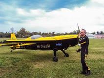 Ο Francesco Fornabaio ελέγχει το αεροπλάνο του πριν από την επίδειξή του στο φεστιβάλ Στοκ φωτογραφία με δικαίωμα ελεύθερης χρήσης