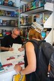 Ο Juan José Millà ¡ s υπογράφει ένα βιβλίο σε έναν αναγνώστη στοκ εικόνα