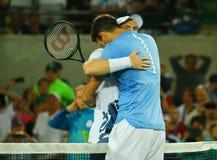 Ο Juan Martin Del Potro Ρ συγχαίρει τον ολυμπιακό πρωτοπόρο Andy Murray της Μεγάλης Βρετανίας με τη νίκη του στα άτομα ` s ξεχωρί Στοκ Εικόνα