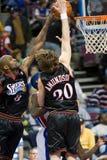 Ο Louis Amundson και ο Joe Smith εμποδίζουν τη σφαίρα Στοκ Εικόνες