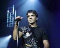 Ο Luis Fonsi αποδίδει στη συναυλία στοκ εικόνα