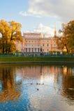 Ο Michael Castle ή μηχανικοί Castle στη λίμνη της Αγία Πετρούπολης, της Ρωσίας και Karpiev το καλοκαίρι καλλιεργεί Στοκ Φωτογραφίες