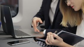 Ο multiethnic επιχειρηματίας εξηγεί τις λεπτομέρειες της παρουσίασης στο θηλυκό γραμματέα του στο αεροπλάνο φιλμ μικρού μήκους