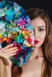 Ο Nude ελκυστικός νέος θηλυκός καλλιτέχνης κρατά μια παλέτα και μια βούρτσα χρώματος, εξετάζοντας τη κάμερα Μαύρο υπόβαθρο στούντ Στοκ φωτογραφία με δικαίωμα ελεύθερης χρήσης
