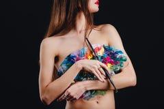 Ο Nude ελκυστικός νέος θηλυκός καλλιτέχνης κρατά μια παλέτα και μια βούρτσα χρώματος, unrecognizable Μαύρο υπόβαθρο στούντιο Στοκ φωτογραφίες με δικαίωμα ελεύθερης χρήσης
