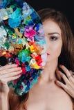 Ο Nude ελκυστικός νέος θηλυκός καλλιτέχνης κρατά μια παλέτα και μια βούρτσα χρώματος, εξετάζοντας τη κάμερα Μαύρο υπόβαθρο στούντ Στοκ Φωτογραφία