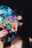 Ο Nude ελκυστικός νέος θηλυκός καλλιτέχνης κρατά μια παλέτα και μια βούρτσα χρώματος, εξετάζοντας τη κάμερα Μαύρο υπόβαθρο στούντ Στοκ Εικόνες
