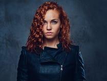 Ο Redhead θηλυκός επόπτης έντυσε σε ένα κομψό κοστούμι Στοκ Εικόνα
