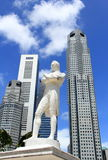 Ο Sir άγαλμα λοταριών στον ποταμό Σινγκαπούρης Στοκ Εικόνες