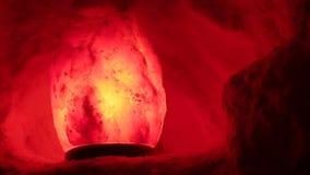 Ο Stone τονίζεται στο κόκκινο στην αλατισμένη σπηλιά απόθεμα βίντεο