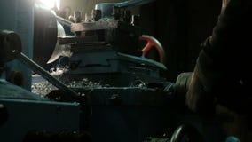 Ο Turner λειτουργεί σε έναν γυρίζοντας τόρνο στο εργοστάσιο κατασκευών μετάλλων Βιομηχανία μετάλλων φιλμ μικρού μήκους