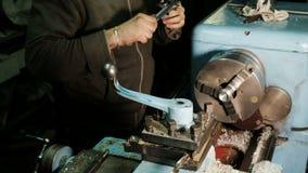 Ο Turner λειτουργεί σε έναν τόρνο, αλέθει το μέρος μετάλλων και ελέγχει τις διαστάσεις του παχυμετρικού διαβήτη απόθεμα βίντεο
