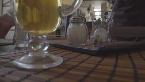Ο Unrecognizable θηλυκός σερβιτόρος στον καφέ φέρνει το τσάι και την πίτα απόθεμα βίντεο