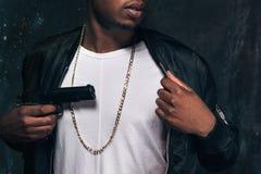 Ο Unrecognizable μαύρος απειλεί με ένα πυροβόλο όπλο Στοκ Εικόνα