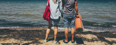 Ο Unrecognizable νέοι ταξιδιωτικοί άνδρας και η γυναίκα ζεύγους που στέκονται στην ακτή και που απολαμβάνουν το ταξίδι ταξιδιού π Στοκ εικόνες με δικαίωμα ελεύθερης χρήσης