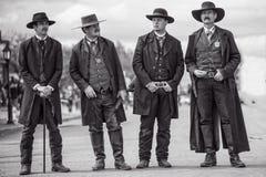 Ο Wyatt Earp και αδελφοί στην ταφόπετρα Αριζόνα κατά τη διάρκεια της άγριας δύσης παρουσιάζει Στοκ Φωτογραφία
