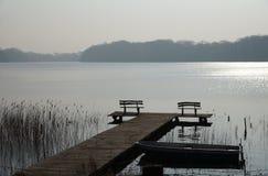 Πάγκοι με μια ειρηνική άποψη λιμνών Στοκ Εικόνες