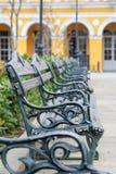 Πάγκοι πάρκων σε μια σειρά Στοκ εικόνα με δικαίωμα ελεύθερης χρήσης