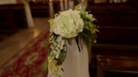 Πάγκοι που διακοσμούνται με τα λουλούδια στην εκκλησία απόθεμα βίντεο