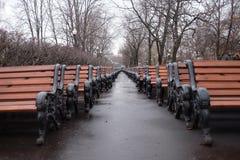 Πάγκοι που περιμένουν την άνοιξη Στοκ φωτογραφία με δικαίωμα ελεύθερης χρήσης