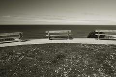 Πάγκοι σε μια γραμμή σε έναν απότομο βράχο επάνω από τον Ατλαντικό Ωκεανό σε γραπτό, bidart, Γαλλία Στοκ φωτογραφίες με δικαίωμα ελεύθερης χρήσης