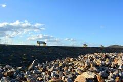 Πάγκοι στον κυματοθραύστη στοκ φωτογραφία με δικαίωμα ελεύθερης χρήσης
