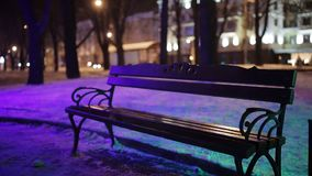 Πάγκοι στο πάρκο στη χειμερινή νύχτα απόθεμα βίντεο