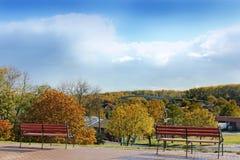Πάγκοι στο υπόβαθρο του πάρκου φθινοπώρου στοκ εικόνες