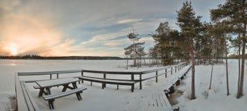 Πάγκος, αποβάθρα και νησί στη λίμνη Alebosjoen στη Σουηδία Στοκ φωτογραφία με δικαίωμα ελεύθερης χρήσης