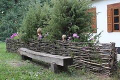 Πάγκος από τον κορμό του δέντρου Στοκ εικόνες με δικαίωμα ελεύθερης χρήσης