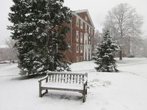 Πάγκος γειτονιάς στο χιόνι στοκ φωτογραφία