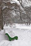 Πάγκος κάτω από ένα δέντρο στο χειμερινό πάρκο Στοκ φωτογραφίες με δικαίωμα ελεύθερης χρήσης