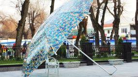 Πάγκος κάτω από την ομπρέλα Στοκ φωτογραφία με δικαίωμα ελεύθερης χρήσης