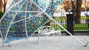 Πάγκος κάτω από την ομπρέλα Στοκ Φωτογραφία