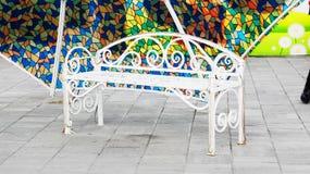 Πάγκος κάτω από την ομπρέλα Στοκ Φωτογραφίες