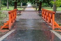 Πάγκος και γέφυρα πέρα από το ρεύμα Στοκ φωτογραφίες με δικαίωμα ελεύθερης χρήσης