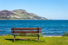 Πάγκος και θάλασσα Ιερό νησί, Lamlash, Arran, Σκωτία Στοκ εικόνες με δικαίωμα ελεύθερης χρήσης