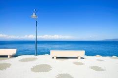Πάγκος και λαμπτήρας στη θάλασσα σε Argentario, Τοσκάνη, Ιταλία. Στοκ Εικόνες