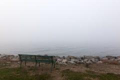 Πάγκος και ομίχλη συνεδρίασης Στοκ Φωτογραφίες