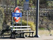 Πάγκος και σημάδι στο σιδηροδρομικό σταθμό Chorleywood στοκ φωτογραφία με δικαίωμα ελεύθερης χρήσης