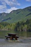 Πάγκος κοντά στη λίμνη στοκ εικόνα