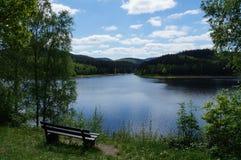 Πάγκος με μια όμορφη άποψη λιμνών Στοκ Φωτογραφία