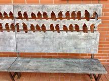 πάγκος με τις σκιαγραφίες πουλιών Στοκ φωτογραφία με δικαίωμα ελεύθερης χρήσης
